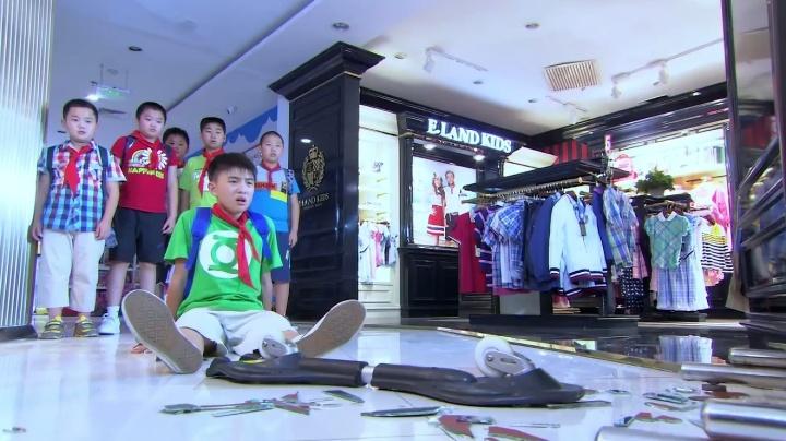 熊孩子打碎商场试衣镜,商场开口要两千,家长一来,立刻扭转局势