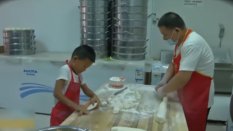 7岁小男子汉日擀600多个包子皮:让爸妈轻松一点