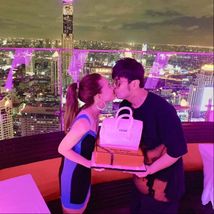 昆凌26岁生日周杰伦po出甜蜜吻照