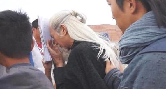 72岁郑少秋仍坚持拍戏!途中遭大风吹行走吃力,需要多人搀扶前行