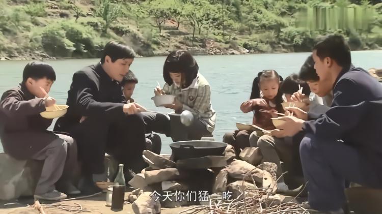 家庭:继父一来一家贼幸福,四个孩子从前吃不饱,如今鱼肉敞开吃