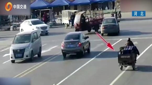 三轮车被撞瞬间遭神秘转移_银色轿车突然滑动,迎面撞上一辆车,银色轿车瞬间被撞飞
