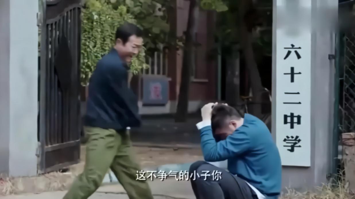 家庭:小伙高考迟到没考英语,亲爸疯狂揍他,不料成绩出来太牛了