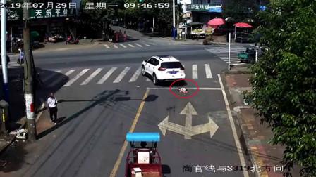 监拍惊险一幕:女童突然冲出路面 被小车正面撞倒在地