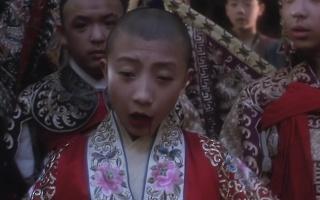 霸王别姬:经典片段,小豆子唱错《思凡》,被小石头用烟杆子烫嘴