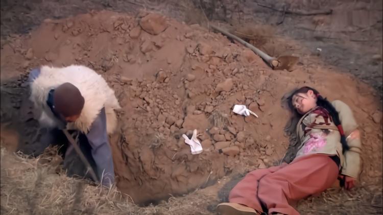 抗日剧:老人埋一具女尸,哪料刚准备填土,女人的嘴巴竟张开了