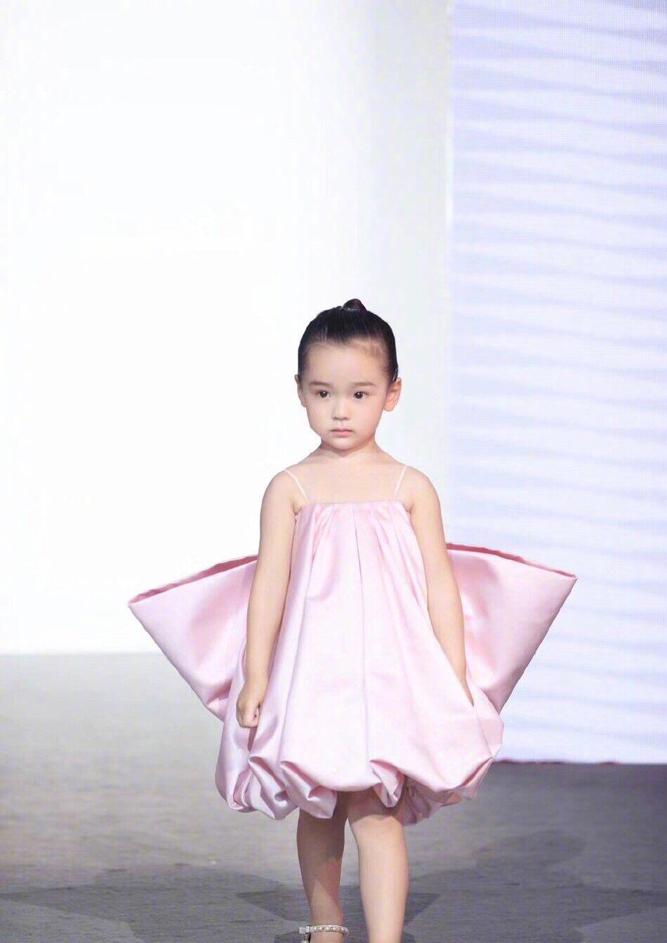 董璇3岁女儿T台走秀 被网友赞为最美星二代