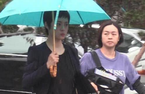 海清片场拍戏三助理贴身伺候,孙俪却自己撑伞排场没法比