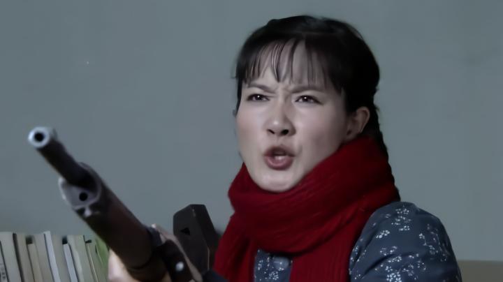 丈夫考上大学公社不盖章,不料乡下老婆贼彪悍,直接拿枪威胁领导