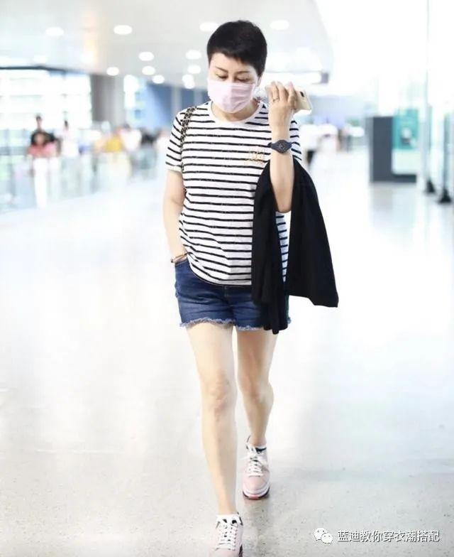 张凯丽终于不穿红西装,短发配皮衣+牛仔裤真减龄,身材
