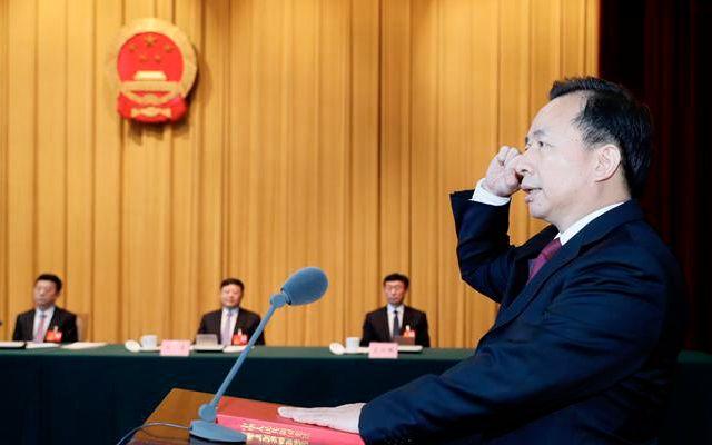 4月17日,山东省十三届人大常委会第十九次会议任命李干杰为山东省副省长、代理省长。图为李干杰进行宪法宣誓。图/大众日报微信公众号