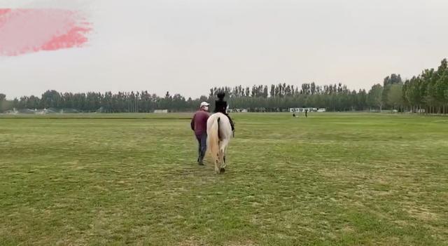 章子怡5岁女儿骑马,马场空无一人,网友:这是包场了吗?