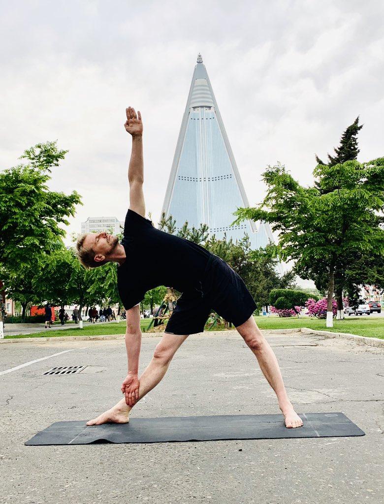 【浮力影院50826】_防疫期间,瑞典驻朝鲜大使在平壤街头练瑜伽