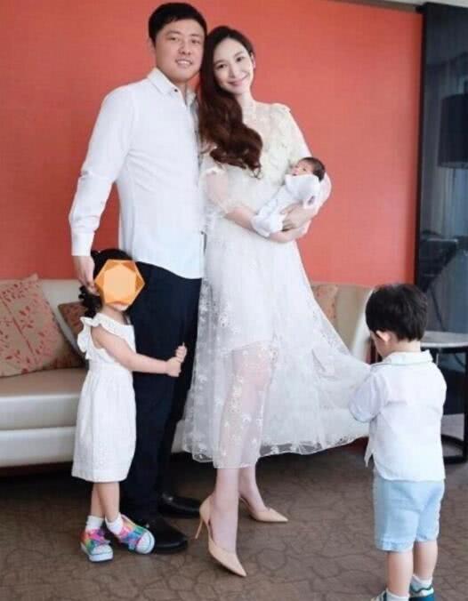 吴佩慈月子照曝光,脸型圆润气色佳,怀抱女儿对镜甜笑
