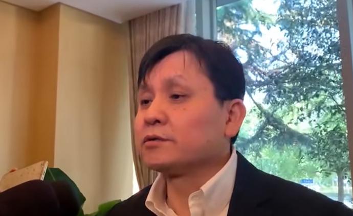 张文宏接受记者采访,介绍疫苗情况。澎湃新闻记者 朱奕奕 摄