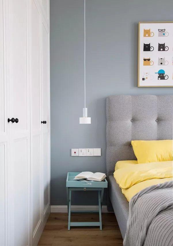 白色吊灯轻盈小巧,蓝色的小边几充当床头柜,颜值满分.图片