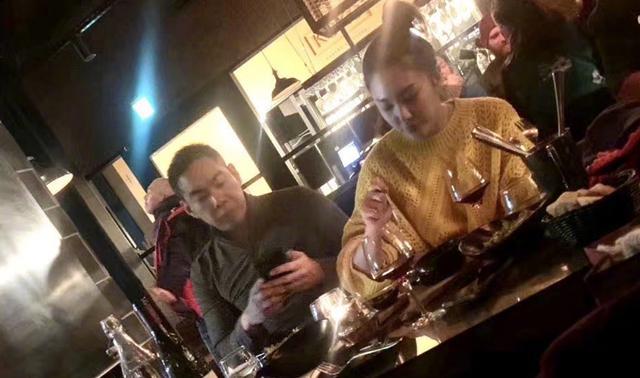 张雨绮与男友游日本心情大好,两人开怀畅饮