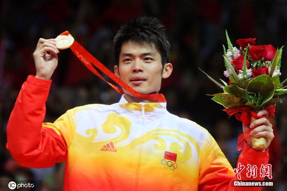 2008年8月17日,2008北京奥运会羽毛球男单决赛,林丹登上最高领奖台。图片来源:ICphoto