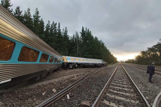 悉尼开往墨尔本一火车脱轨,货车驾驶员跟副驾驶员在事故中丧生