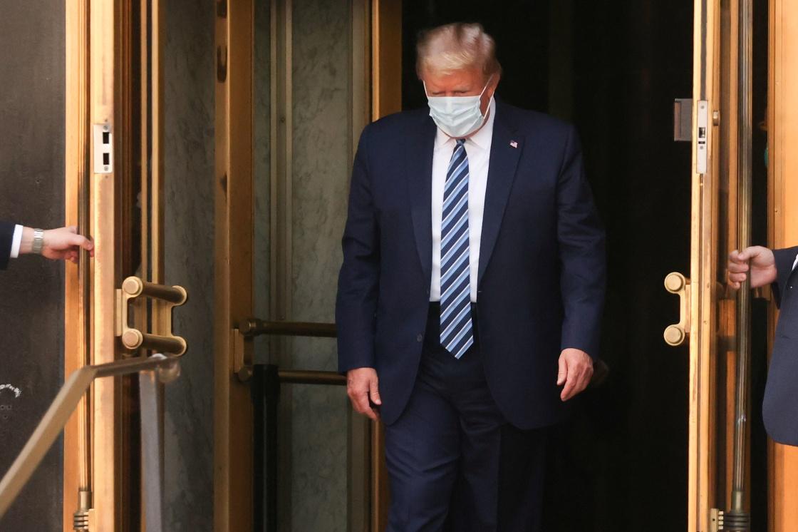 10月5日,美国总统特朗普离开位于美国马里兰州的沃尔特·里德国家军事医疗中心。新华社 图