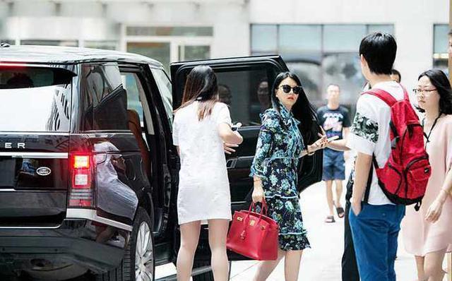 李湘晒500万劳斯莱斯后秒删,曾霸气买下多部豪车