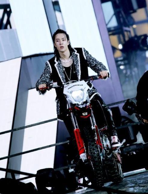 王一博骑摩托车,朱一龙玩摇滚,跨年晚会中的顶流PK谁最燃