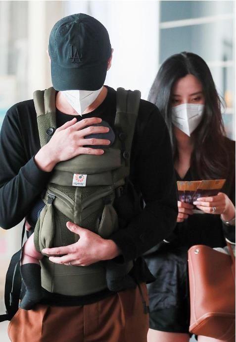 李光洁一家三口现身机场,结婚十个月后升级当爸,老婆是乔欣同学