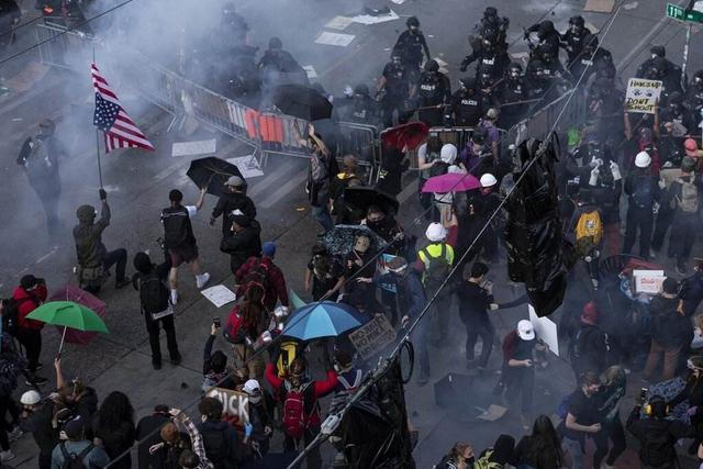 """何为民主?""""死神""""出现在美国抗议人群上空"""