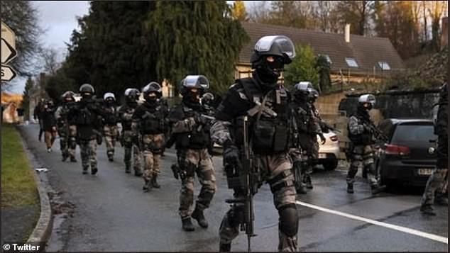 前往当地处理暴乱的法国执法部队,图源:英国《每日邮报》
