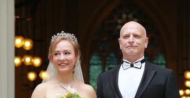 前夫离世,55岁嫁入赌王家族!港女星活成传奇女子
