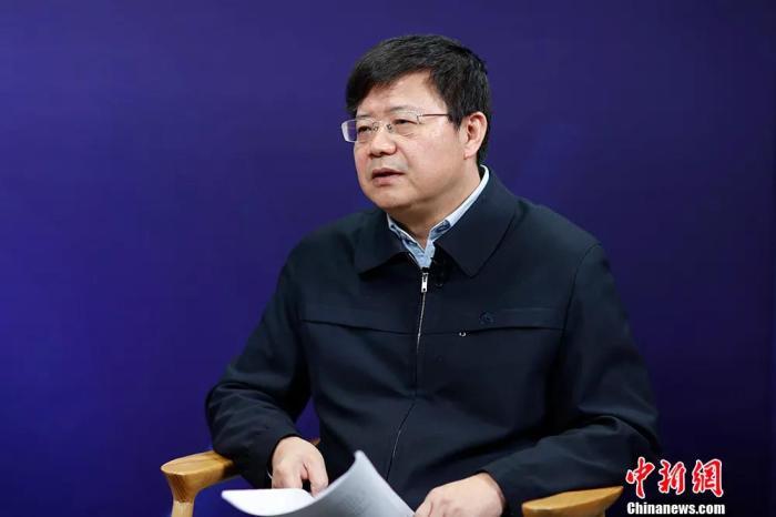 """中国国家航天局探月与航天工程中心副主任,探月工程三期副总设计师、嫦娥五号任务新闻发言人裴照宇接受中新社""""中国焦点面对面""""专访。中新社记者 盛佳鹏 摄"""