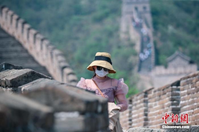 资料图:游客戴口罩在景区内有序游览.中新社记者 贾天勇 摄