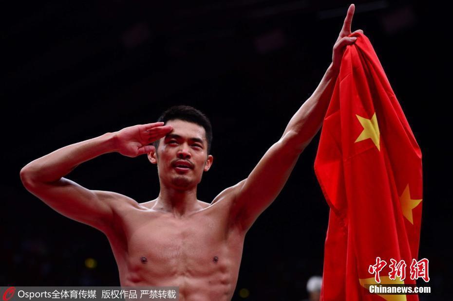 2012年伦敦奥运会羽毛球男单决赛,中国选手林丹手持国旗敬军礼庆祝夺冠。图片来源:Osports全体育图片社