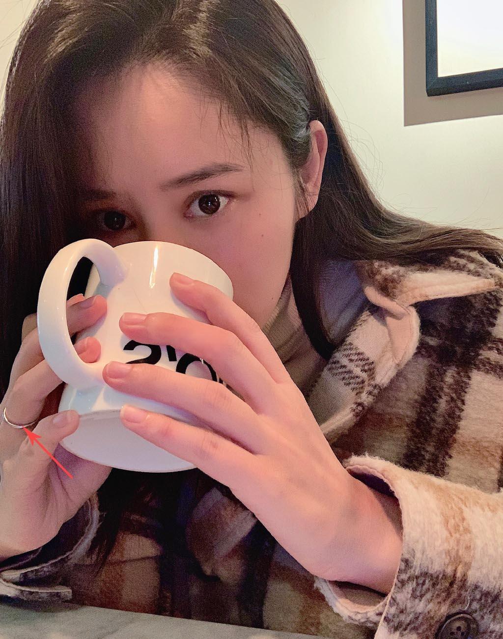 张馨月戴婚戒晒照有孕味,网友调侃:闭关养胎?