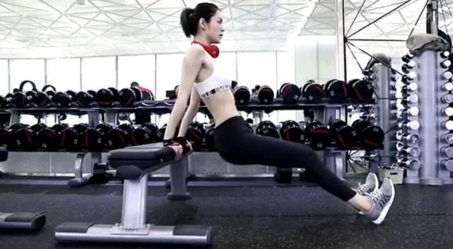 张馨月婚后首度公开露面,运动时大秀四块腹肌