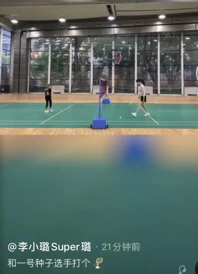 李小璐陪甜馨打羽毛球,运动服难掩好身材