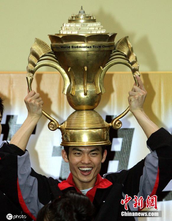 当地时间2005年5月15日,2005年苏迪曼杯决赛,林丹获得首座苏迪曼杯冠军奖杯。图片来源:ICphoto