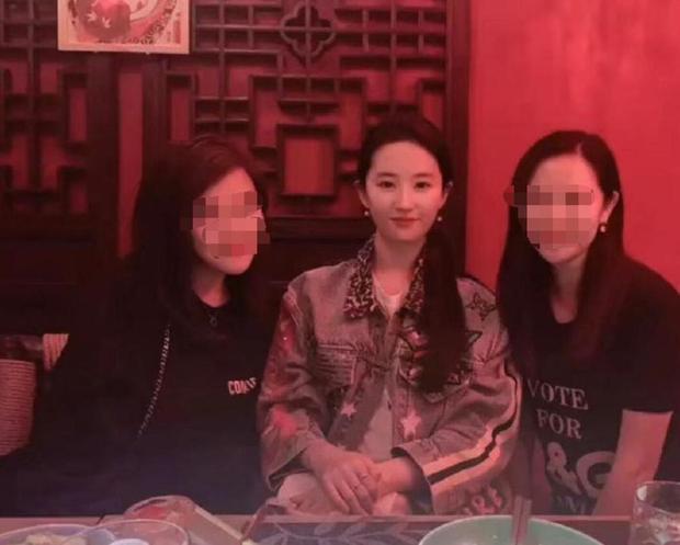 刘亦菲与友人近照曝光,瘦身成功颜值回春,却变大小脸?