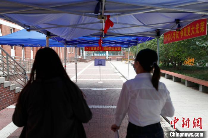 【快照更新】_探访北京高考考点:考生间距1米以上 增设防疫副主考