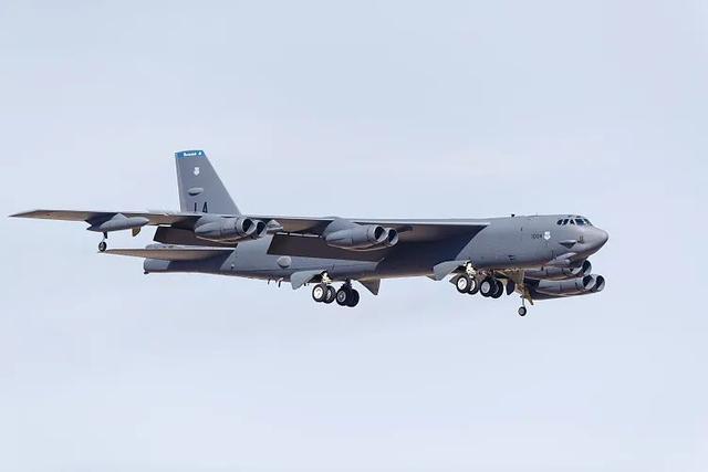【外链天天看高清影视】_美国B-52H轰炸机在双航母南海巡航时重回关岛,绝对不是巧合