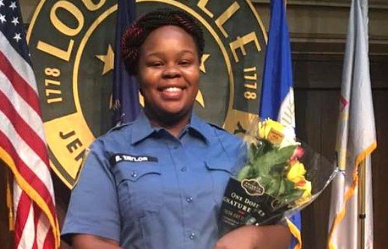 【网络顾问】_黑人女性遭误杀案宣判后,美两名警察在抗议活动中遭枪击
