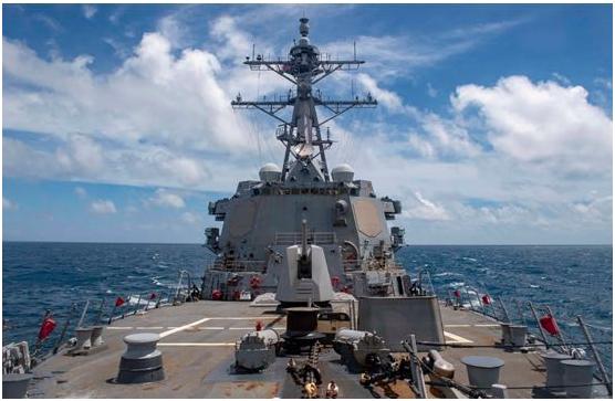 """美国太平洋舰队发布的8月18日""""马斯廷""""号导弹驱逐舰通过台湾海峡画面"""