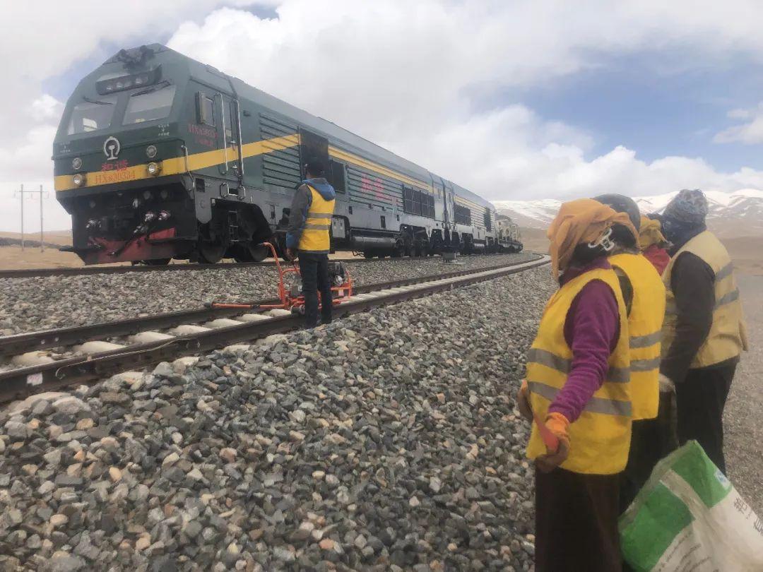 6月7日,铁路养护工人在等候火车通过。新京报记者 杜寒三 摄
