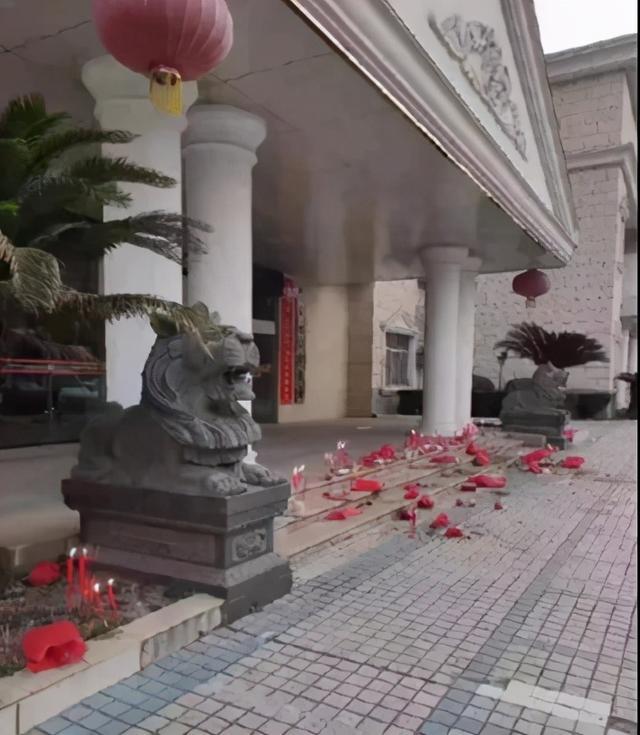 中央政法委評財政局門前焚香拜財神:問神不如問蒼生