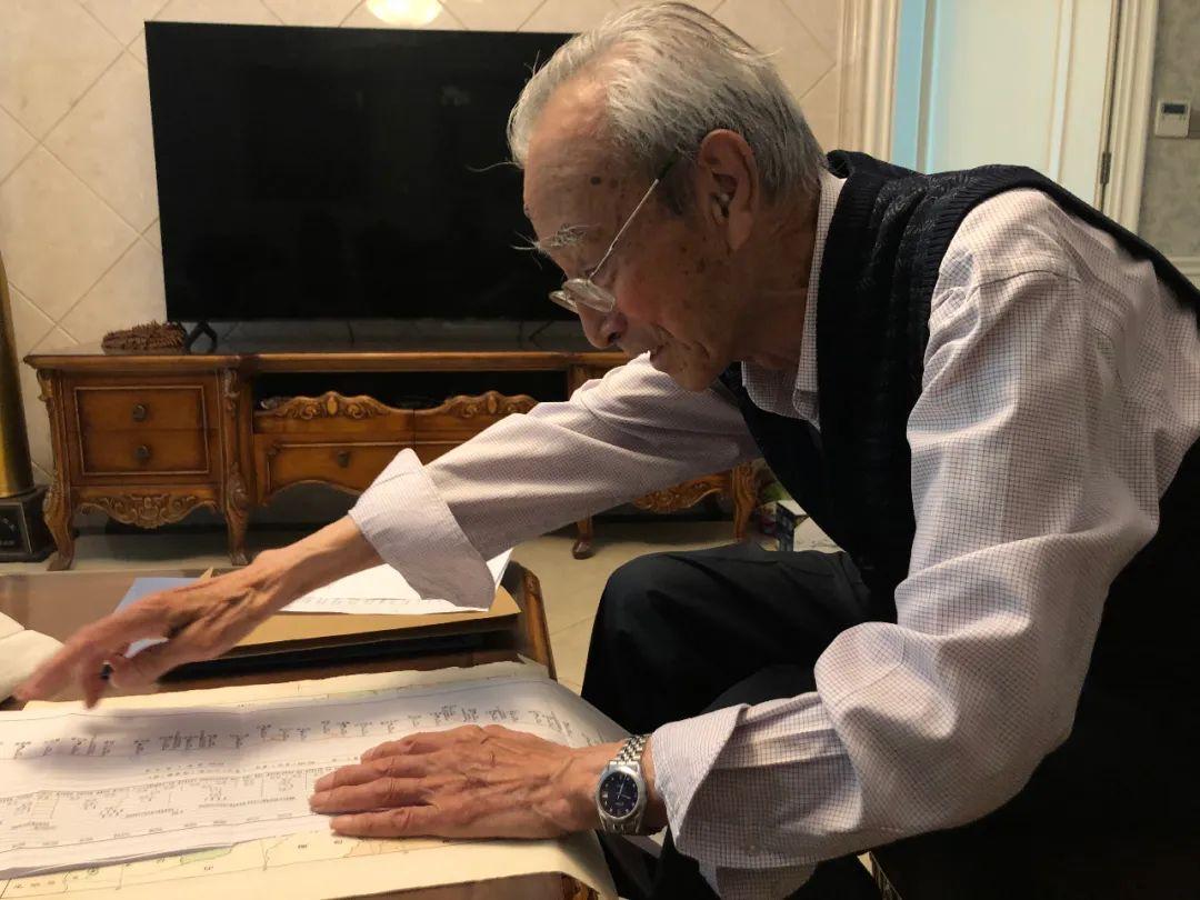5月31日,91岁的张树森展示青藏铁路示意图,未完成青藏铁路是他的隐痛。新京报记者 杜寒三 摄