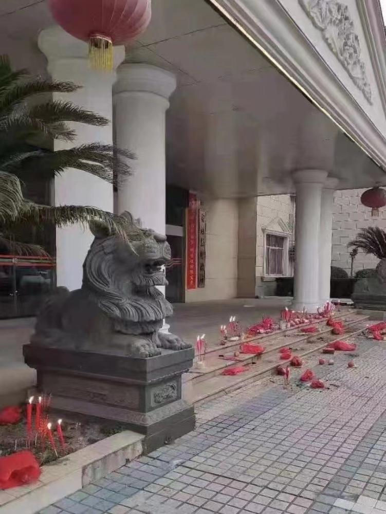 媒體:財政局門前燒香祈福,奮斗不是雙手合十求來的