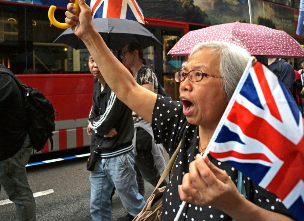 """爱举英国国旗的香港""""王婆"""",涉妨害公务被拘捕"""