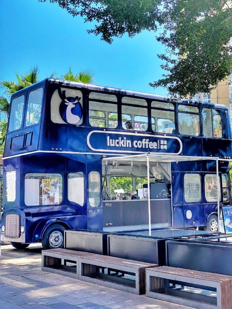 瑞幸咖啡的双层巴士咖啡车
