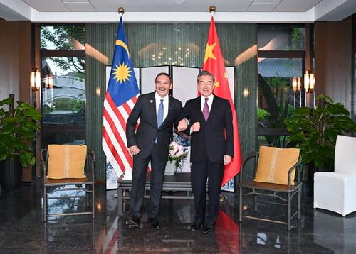 2021年4月1日,国务委员兼外长王毅在福建南平同马来西亚外长希沙慕丁举行会谈。/图片来自外交部官网