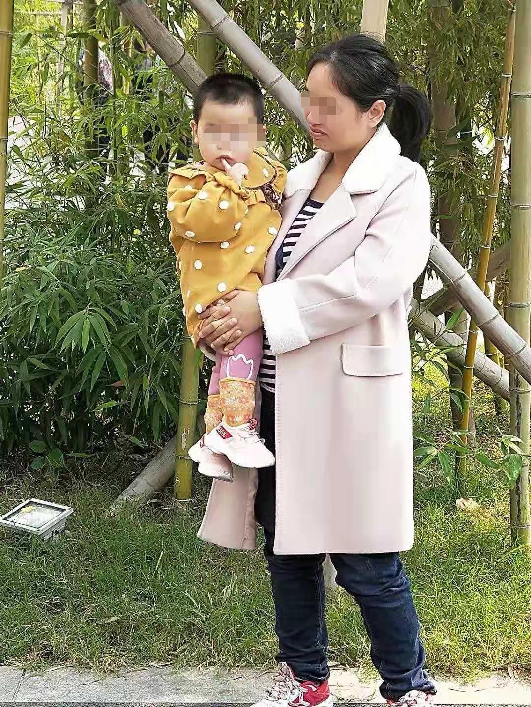 杨晓燕怀二胎时抱着女儿